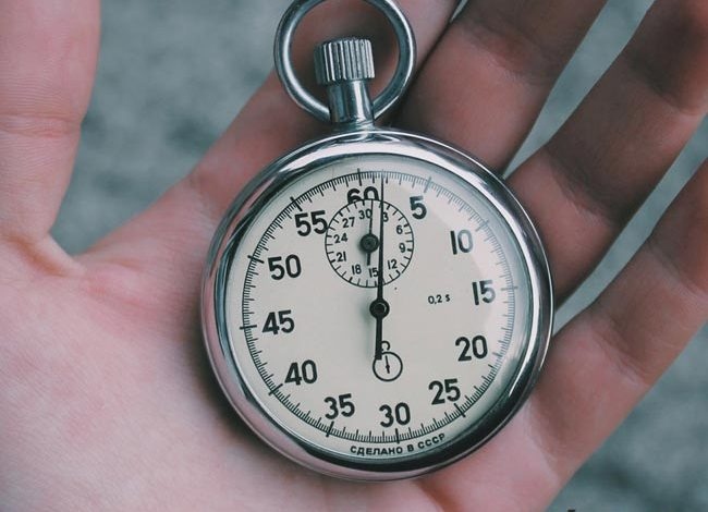 Mano sosteniendo un cronómetro