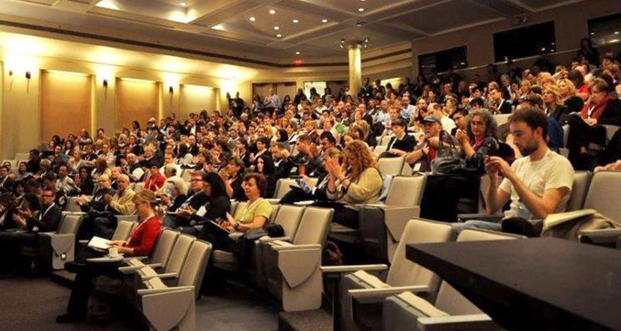 Multitud de personas reunidas en un teatro para un evento