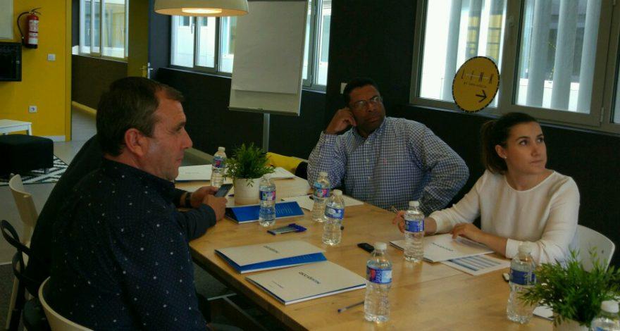 Un equipo en una mesa de reuniones participando en un focus group