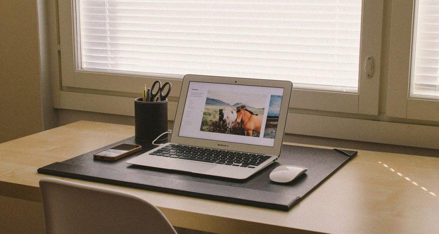 Escritorio con un portátil y un móvil