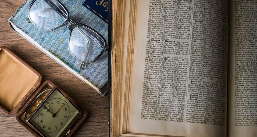 Libro, gafas y reloj antiguos