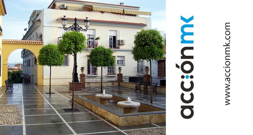 Plaza de Alhaurín de la Torre acompañada del logo y web de AcciónMk