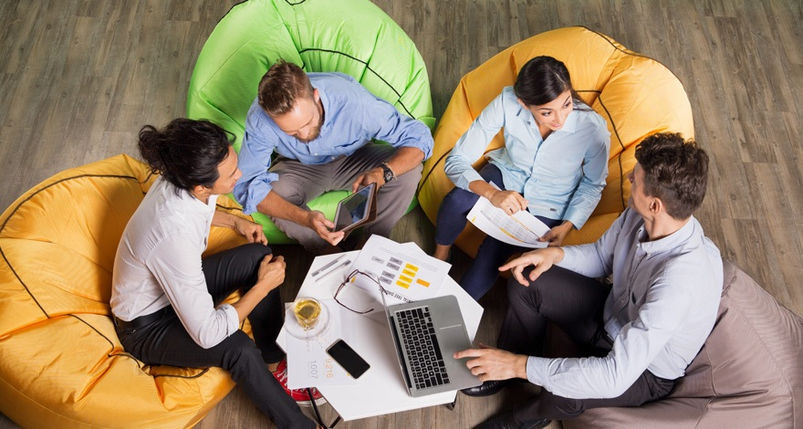 Cuatro personas participando en un focus group