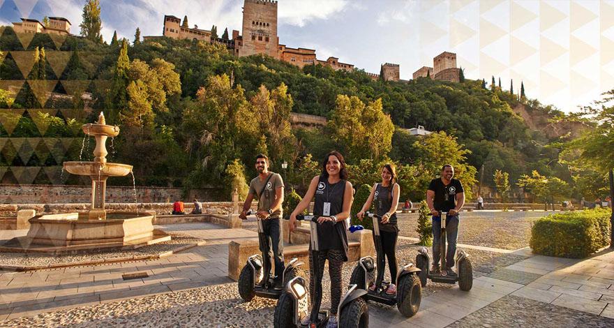 Un Grupo de amigos en Segways frente a la Alhambra de Granada