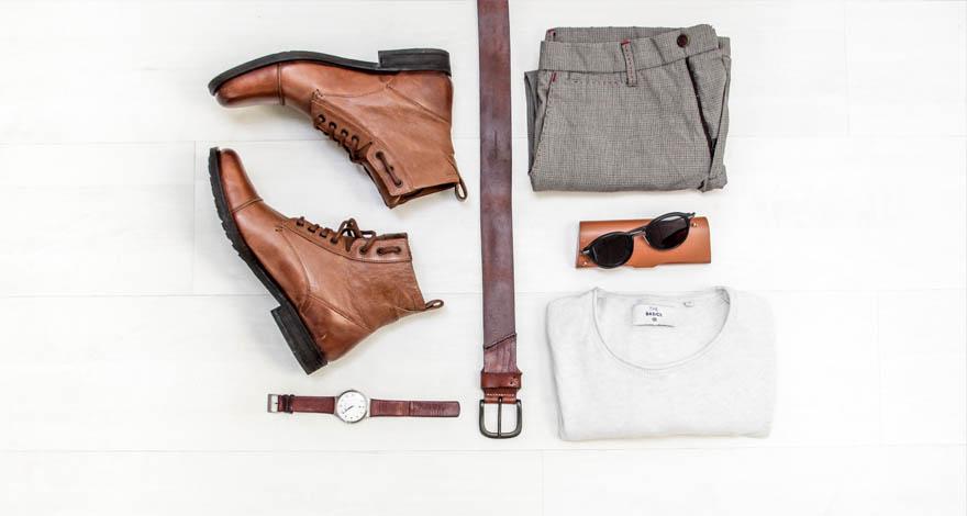 Diferentes prendas de vestir de hombre, un par de zapatos, un reloj, un cinturón, unas gafas de sol, un pantalón y una camiseta