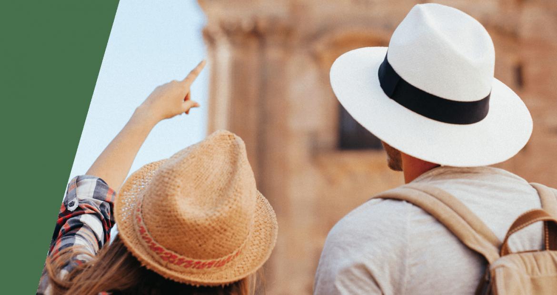 Jóvenes turistas en la Costa del Sol de espaldas visitando la Catedral de Málaga