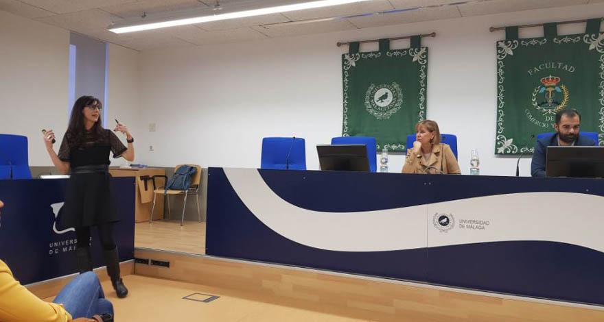 Una profesora impartiendo una ponencia en la UMA en las Jornadas Marketing digital e Internacionalización