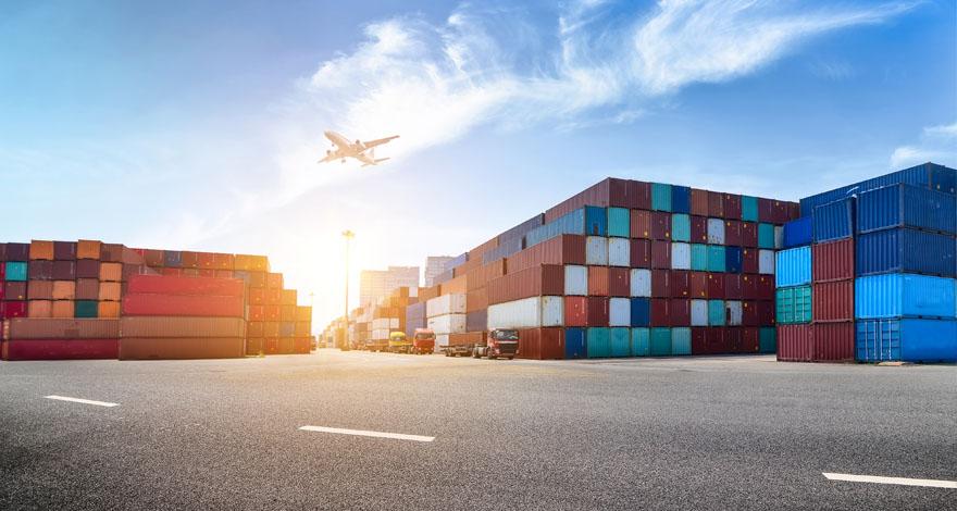 Foto de un puerto con cientos de contenedores