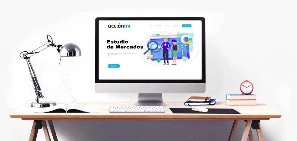 Pantalla de ordenador en un escritorio en la que se muestra la página de estudios de mercados de AcciónMK