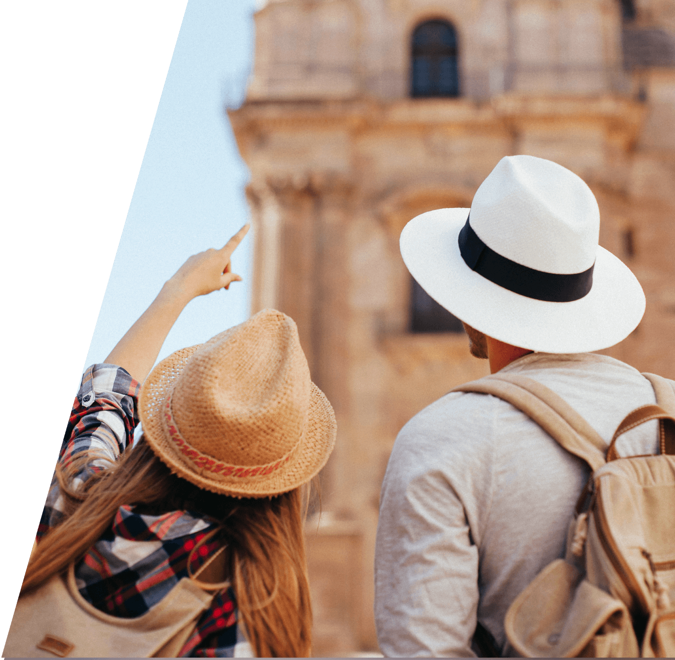 Dos turistas de espaldas visitando la Catedral de Malaga