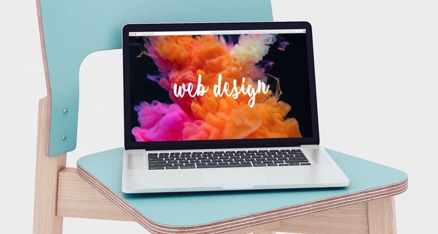 Un portátil sobre una silla con el texto Web Design s