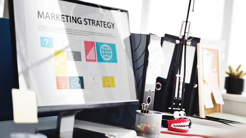 Imagen de un escritorio, en el ordenador aparece una estrategia de marketing