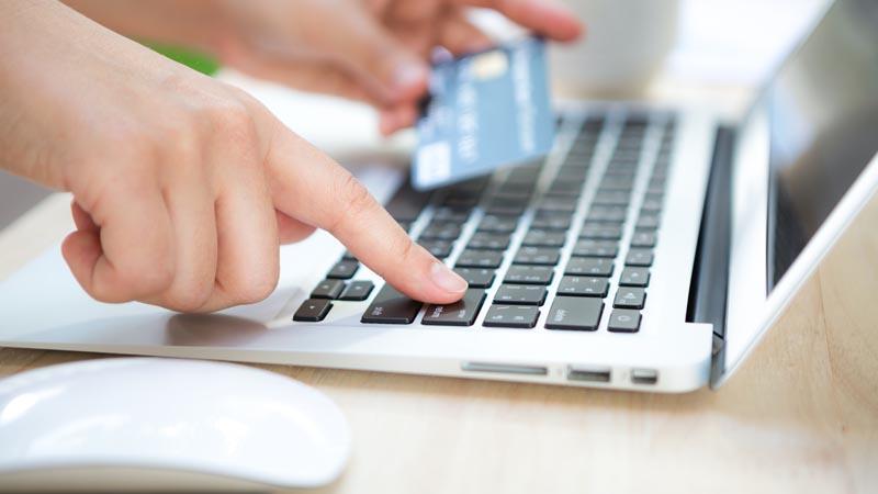 Una persona introduciendo los datos de su tarjeta de crédito para realizar una compra online