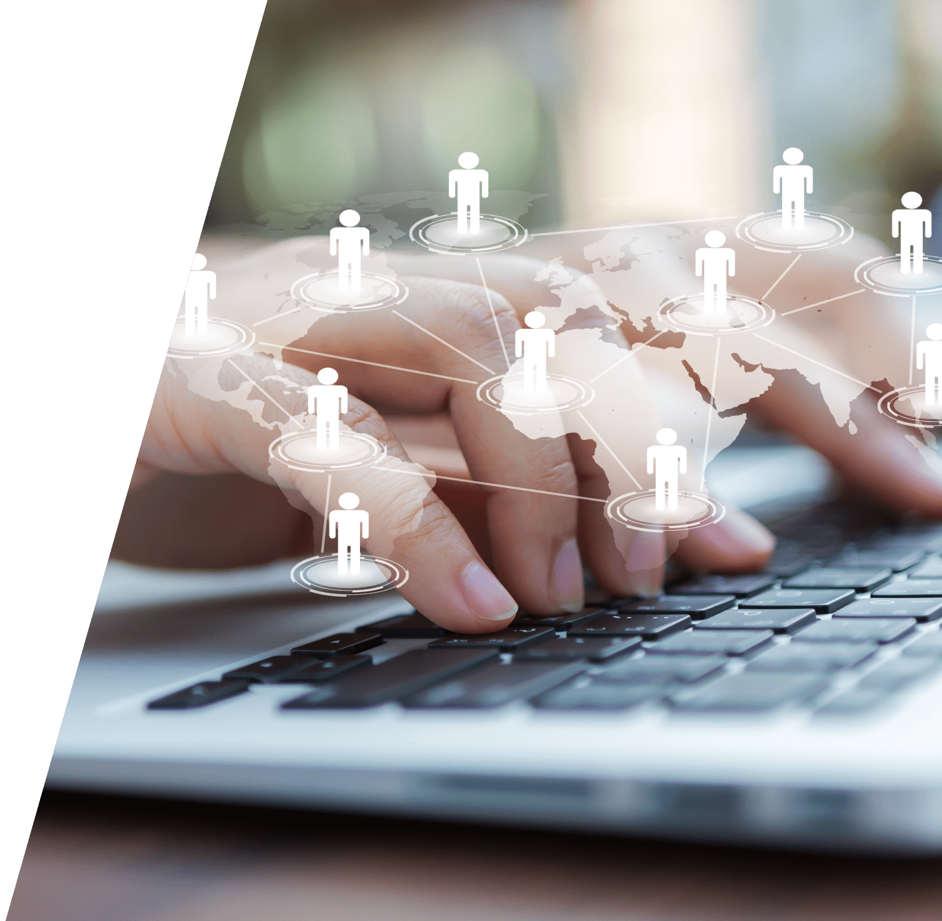 Manos escribiendo en un portátil, en primer plano aparecen icones de personas en un mapa del mundo conectados entre ellos