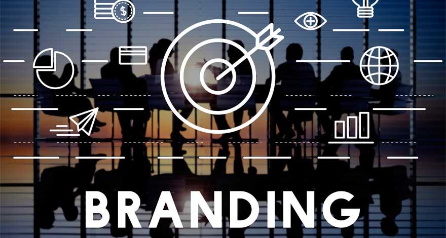 La palabra Branding acompañada de iconos y de fondo una reunión de trabajo