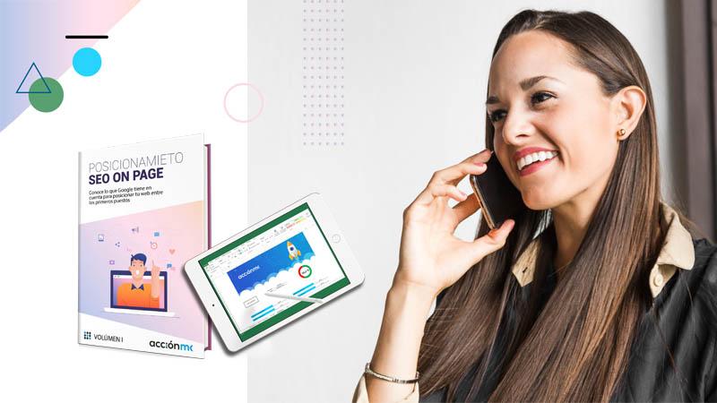 Una mujer hablando por el móvil y a la izquierda laPortada del ebook de AcciónMK en el que se explica el posicionamiento SEO y una tablet con una plantilla de Excel de auditoría de SEO