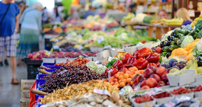 Imagen de un mercado de abastos, donde aparece multitud de frutas y verduras