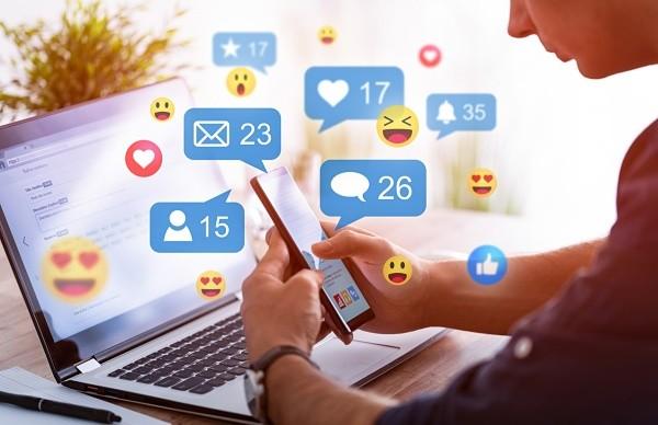Un hombre con su móvil usando Facebook